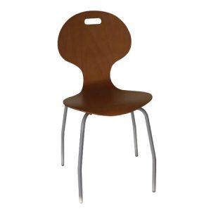 Sedia moderna da cucina o ristorante, forma sinuosa ed elegante, seduta in legno massello con maniglia.